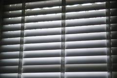 Weißer blinder Schattenvorhang und -schatten Stockfoto