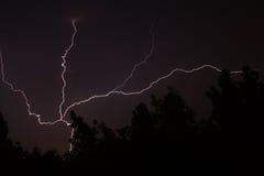 Weißer Blitz während des Sommersturms Lizenzfreies Stockbild