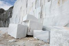 Weißer Block des Marmorsteinbruchs Lizenzfreie Stockbilder