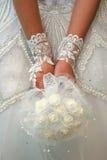 Weißer Blumenstrauß in den Händen der Braut Stockfoto