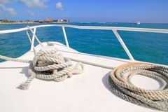 Weißer Bogen des Bootes im tropischen karibischen Meer stockbild