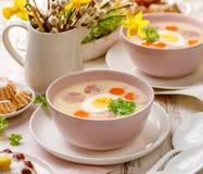 Weißer Borscht, polnische Ostern-Suppe mit dem Zusatz der weißen Wurst und ein hart gesotten Ei in einer keramischen Schüssel stockfotos