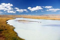 Weißer breiter Gebirgsfluss unter Tal auf einem Hintergrund von Steinwüstehügeln Stockfotos