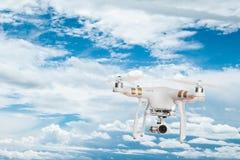 Weißer Brummenviererkabelhubschrauber mit Fliegen der Digitalkamera 4K Stockfotos