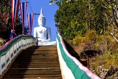 Weißer Buddha sitzen auf Treppe Stockfotografie