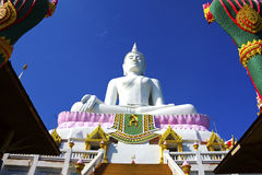 Weißer Buddha und Architektur Stockbild
