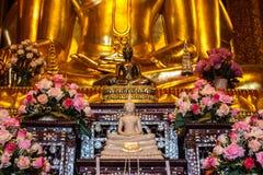Weißer Buddha und schwarzer Buddha lizenzfreie stockfotografie