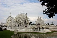 Weißer buddhistischer Tempel in Thailand Stockbild