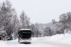 Weißer Bus in der schneebedeckten Landschaft lizenzfreies stockfoto