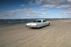 Weißer Cadillac auf einem Strand Lizenzfreies Stockbild