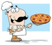 Weißer Chef, der eine Pizza-Torte auf einer Ofen-Schaufel trägt Stockfotos