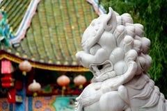 Weißer chinesischer Wächterlöwe im chinesischen Tempel Lizenzfreies Stockbild