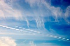 Weißer cloudsinthe Himmel Stockbilder