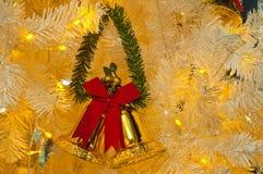 Weißer crhritmas Baum und Glocken Stockbild