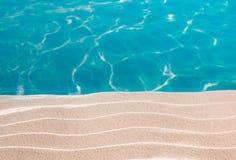 Weißer Dünensand des tropischen Strandes im Türkismeer Stockfotografie