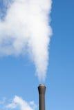 Weißer Dampf der industriellen Rohrverschmutzung Lizenzfreies Stockfoto