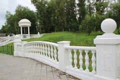 Weißer dekorativer Gazebo mit einem Zaun und einer Leiter Stockbilder