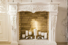 Weißer dekorativer Kamin mit Kerzen Stockfotografie