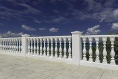 Weißer dekorativer Zaun auf der Ufergegend von Anapa-Erholungsort Stockfoto
