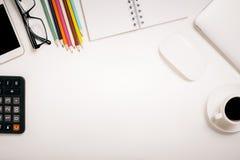 Weißer Desktop mit Bürowerkzeugen Stockbilder