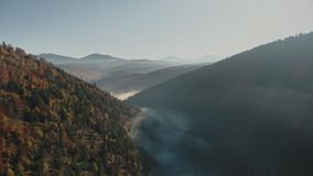 Weißer dichter Nebel gegen endlose Hügelschattenbilder stock video footage