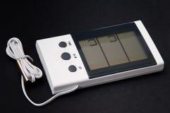 Weißer digitaler Thermometer mit einem Sensor auf einem schwarzen Hintergrund Lizenzfreies Stockbild