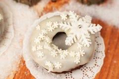 Weißer Donut verziert mit einer Zuckerschneeflocke Stockfotos