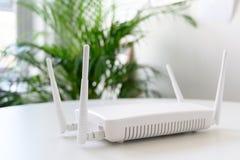 Weißer drahtloser Internet-Router mit Verbindung für Ethernet und Konsole auf einer Tabelle im Büro, Kopienraum stockfotos