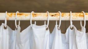 Weißer Duschvorhang im Badezimmer lizenzfreies stockbild