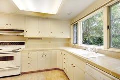 Weißer einfacher alter Kücheninnenraum im amerikanischen historischen Haus. Stockbilder