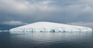 Weißer Eisberg in Antarktik Stockbild