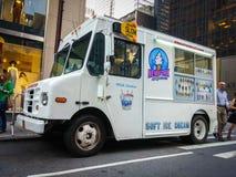 Weißer Eiscremepackwagen auf einer Straße in New York City Lizenzfreie Stockfotografie