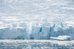 Weißer eisiger Strand in Antarktik Lizenzfreies Stockfoto