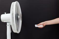 Weißer elektrischer Ventilator schaltet, abstellt mit der Fernbedienung ein Direktübertragung des elektrischen Ventilators des Ha Lizenzfreie Stockbilder
