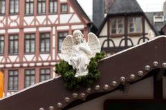 Weißer Engel auf Dach Stockbild