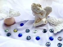 Weißer Engel des kleinen Jungen auf einem weißen Hintergrund, Seetropfen, Türkis, Silber, transparent Wei?e Basisrecheneinheiten stockfoto