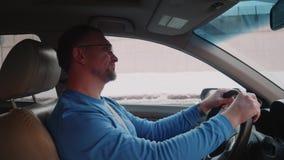 Weißer Fahrer ist im Stau schließt Augen, Atem zu holen Nervenzusammenbruch wegen des Bewegens nicht Bemannen Sie schließlich Anf stock video
