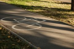 Weißer Fahrradweg unterzeichnen herein den Park Lizenzfreie Stockfotos