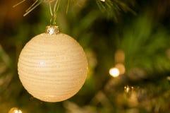 Weißer Flitter auf Weihnachtsbaum Stockfoto