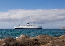 Weißer Fluggastlieferungsanflug an einem Seehafen Lizenzfreie Stockfotografie