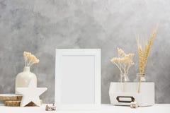 Weißer Fotorahmenspott oben mit Anlagen im Vase mit hölzernem und keramischem Hauptdekor auf Regal Skandinavische Art Lizenzfreie Stockfotos