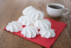 Weißer französischer Meringekuchen mit einem Tasse Kaffee Lizenzfreie Stockbilder