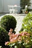 Weißer Gartentisch und Stühle Lizenzfreie Stockbilder
