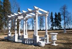 Weißer Gazebo in einem Park Stockfotos