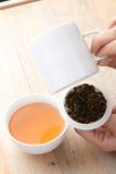 Weißer gebrochener Tee mit Teesuppe Stockfoto