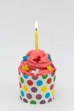Weißer Geburtstagskleiner kuchen mit Kerze Stockfotografie
