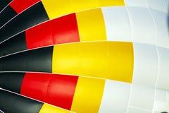 Weißer, gelber, roter und schwarzer Heißluft-Ballon am Ballon Fest Lizenzfreies Stockfoto