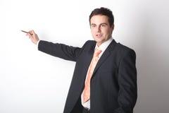 Weißer Geschäftsmann, der auf Leerzeichen zeigt Stockbilder
