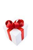 Weißer Geschenk-Kasten mit rotem Satin-Farbband-Bogen Stockfotos