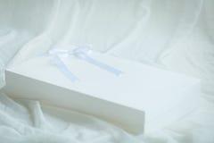 Weißer Geschenkkasten mit Bogen Lizenzfreie Stockfotos